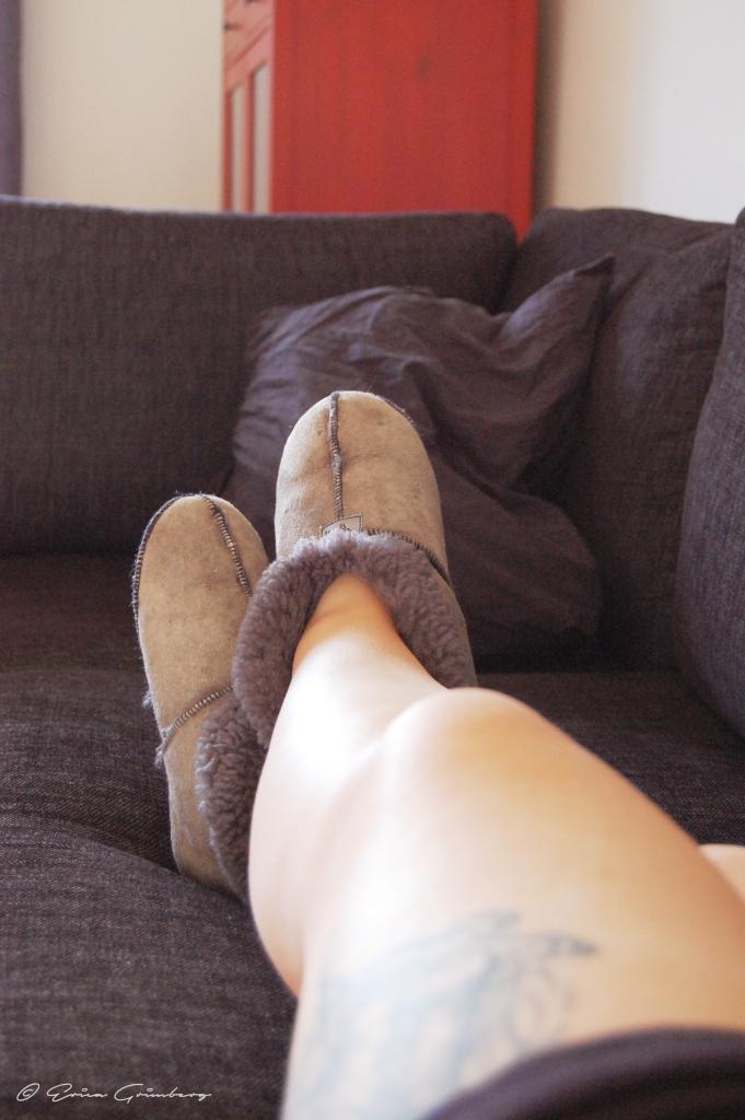 Kvalitativ lyx genom egentid på morgonen. Soffan, kaffe, tvn och lugnet!